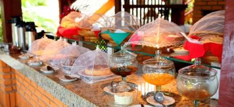 O Café da manhã bem farto na Pousada Arraial Candeia em Arraial D'Ajuda Bahia